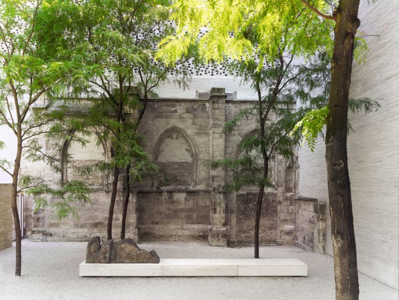 Innenhof des Kölner Kolumba-Museums mit den überbauten Trümmern der kriegszerstörten Kirche St. Kolumba