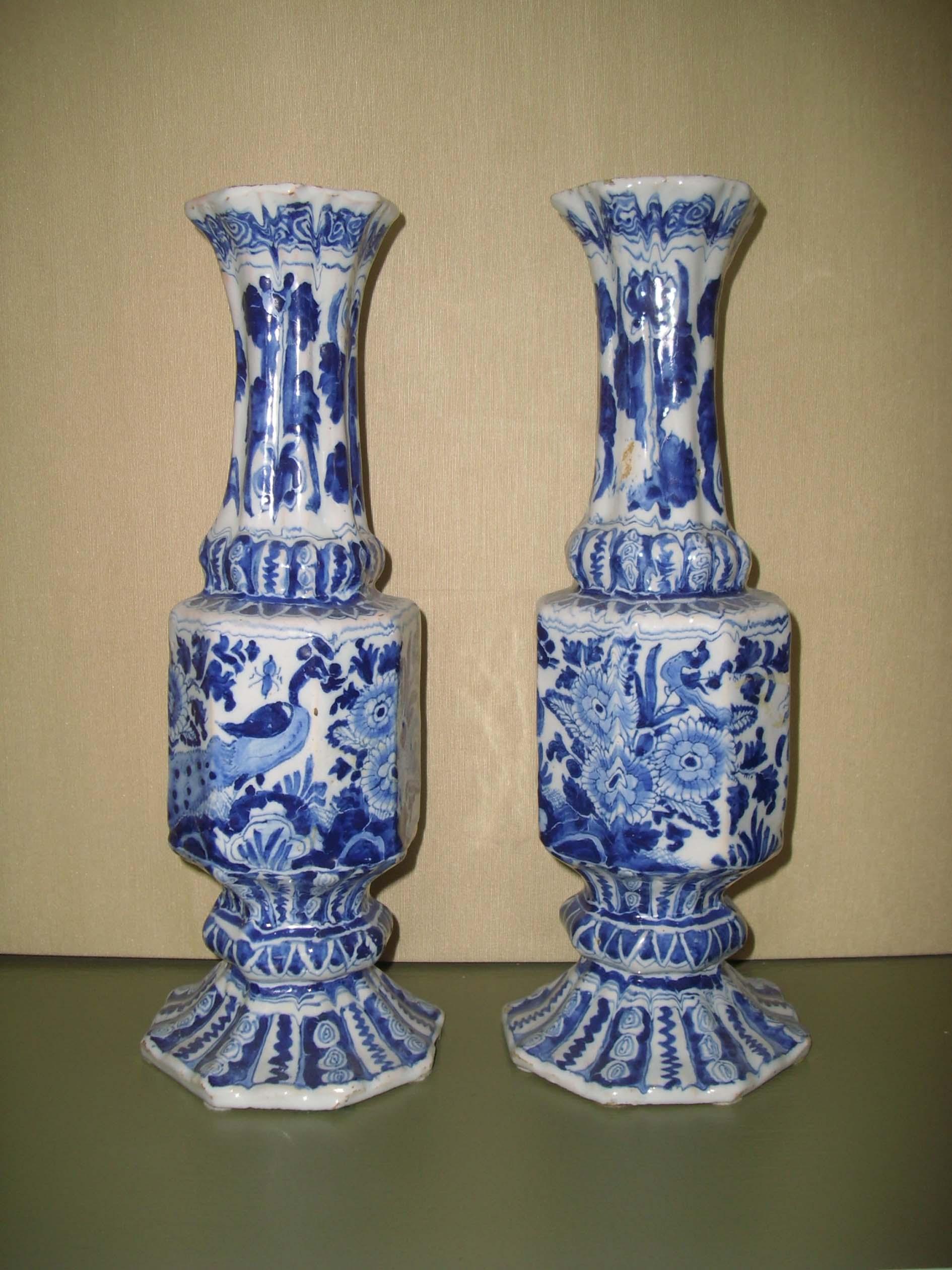 Flötenvase im Delfter Stil, als Paar für 15.000 Euro von Angela von Wallwitz verkauft