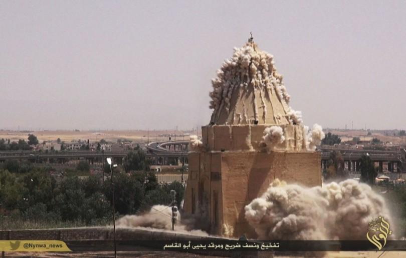 Das Bild aus einem IS-Propagandavideo zeigt die Sprengung des Heiligtums des Imam Yahyia aus dem 13. Jh. in Mossul.