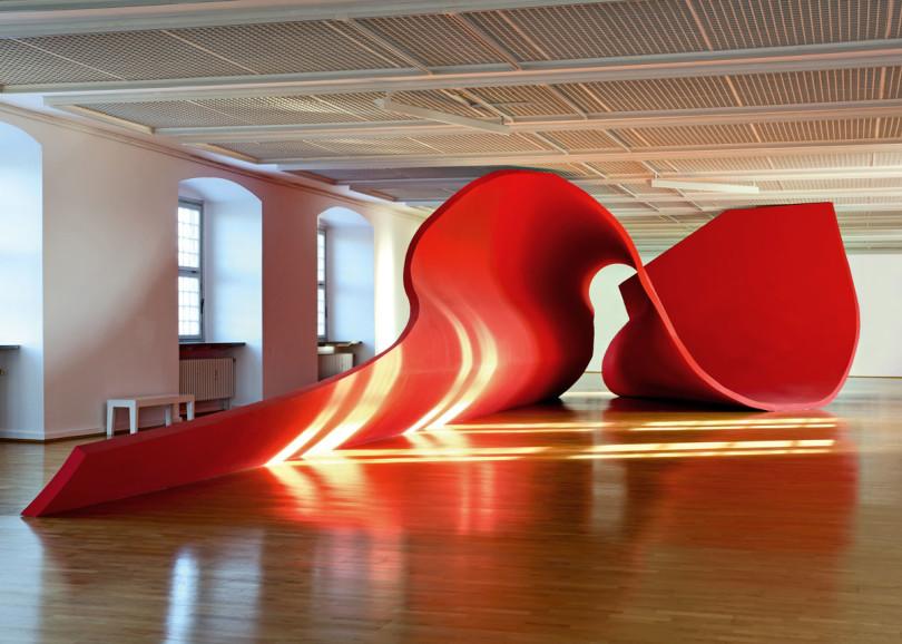 Olaf Nicolai, »Die Flamme der Revolution, liegend (in Wolfsburg)«, 2002, in der Städtischen Galerie (Foto: W. Heimermann; VG Bild-Kunst Bonn)