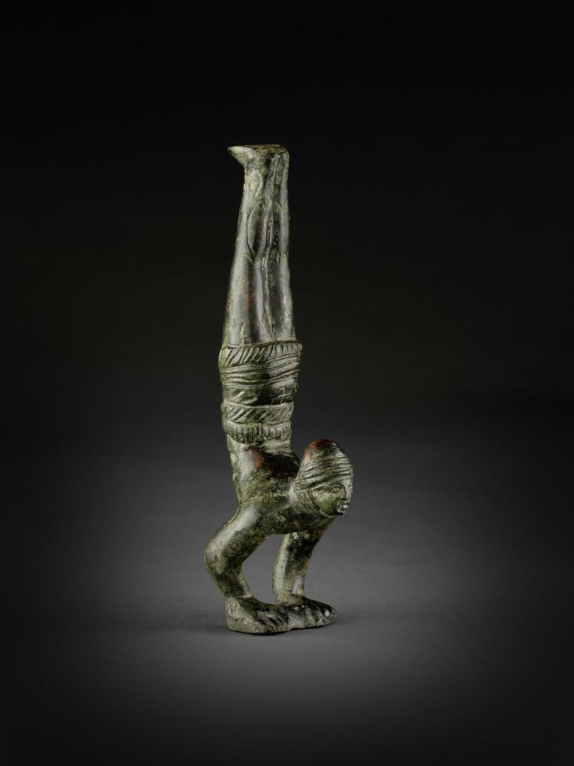 Akrobat, Bronze, römisch, 1. – 3. Jh., H. 12,6cm, angeboten von Dominique Thirion, Brüssel, für 11 900 Euro (Foto: Dominique Thirion, Brüssel)