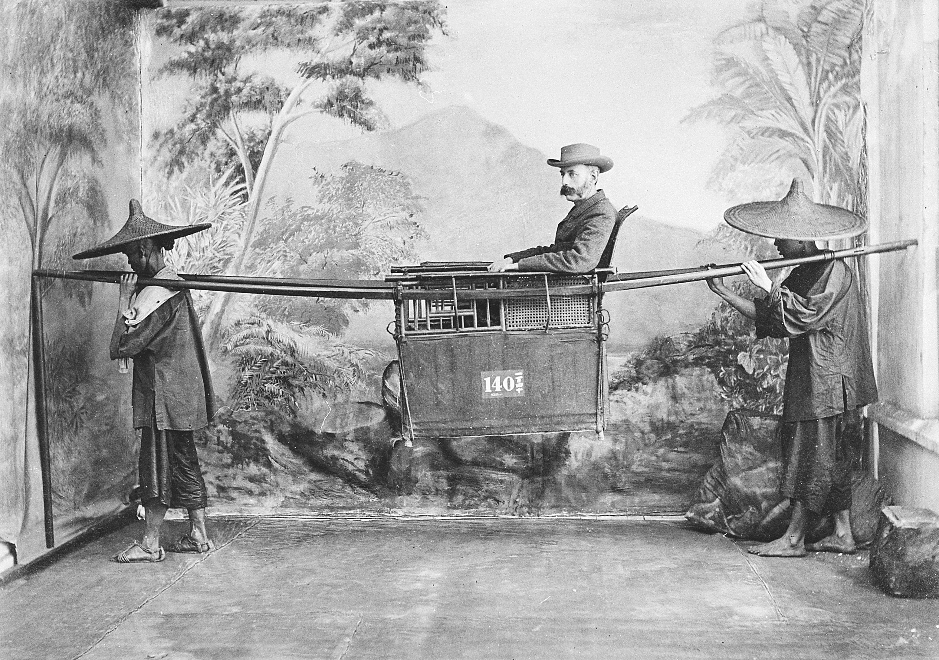 Harry Graf Kessler, ein Kosmopolit, der auf alles in der Welt neugierig war. 1891/92 reiste er um den Globus, dabei entstand in China oder Südasien das Foto in der Sänfte (Foto: DLA Marbach)