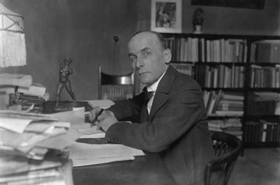 Harry Graf Kessler, Porträt am Schreibtisch seiner Wohnung Köthenerstr. 28, Berlin, 1919 (Ausschnitt) (Foto: ullstein bild)