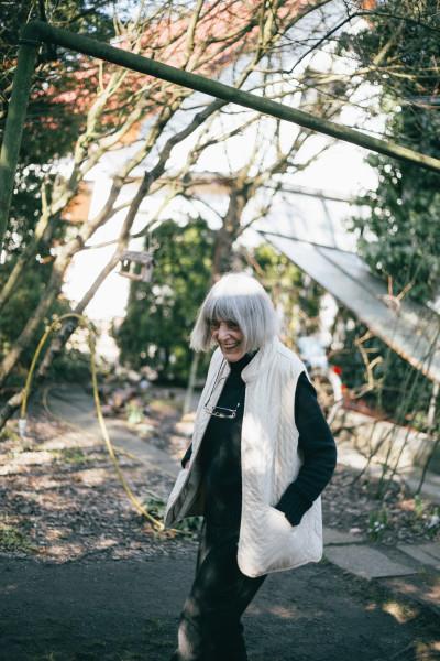 Die Künstlerin Ruth Wolf in ihrem Garten (Foto: Courtesy the artist & Chert, Berlin)