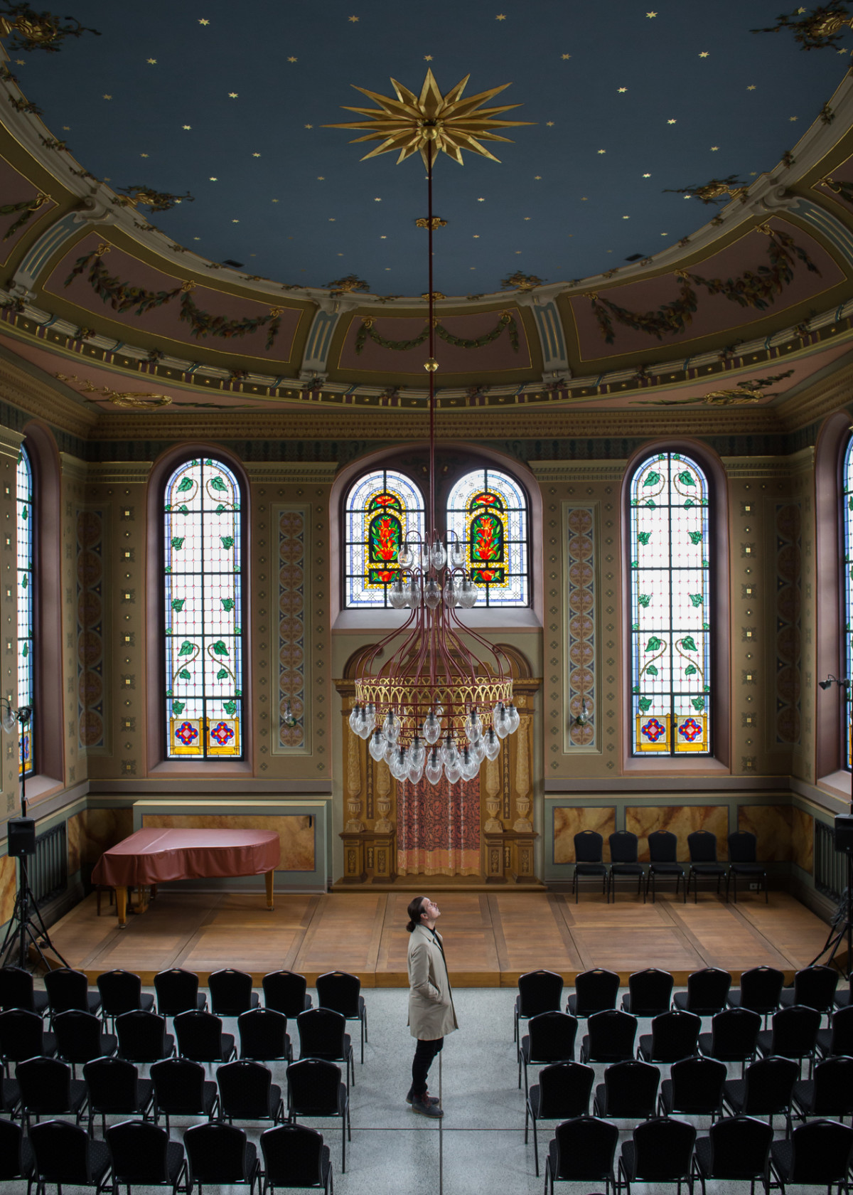 Zu Besuch in der ehemaligen Synagoge in Ichenhausen von 1781. Die originale Deckenbemalung hat wie durch ein Wunder alle Zerstörungsversuche überstanden (Foto: Monika Höfler)