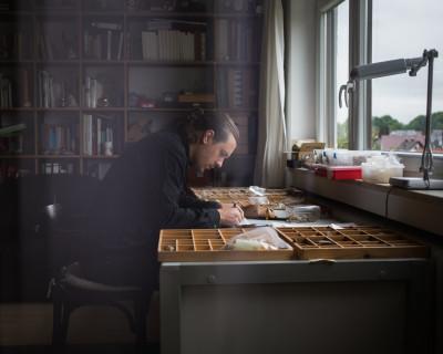 Michael Wutz in seinem Günzburger Elternhaus beim Zeichnen von prähistorischen Artefakten, die er sammelt, klassifiziert und sorgfältig verwahrt (Foto: Monika Höfler)