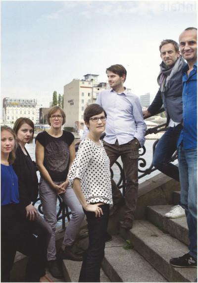 Tim Edler (rechts) neben seinem Bruder Jan, und das Team der Flussbad-Geschäftsstelle (Foto: Axel Schmidt, realities:united/Flussbad Berlin e.V.)