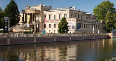 Ansicht des Staatlichen Museums Schwerin von der Schlossbrücke aus