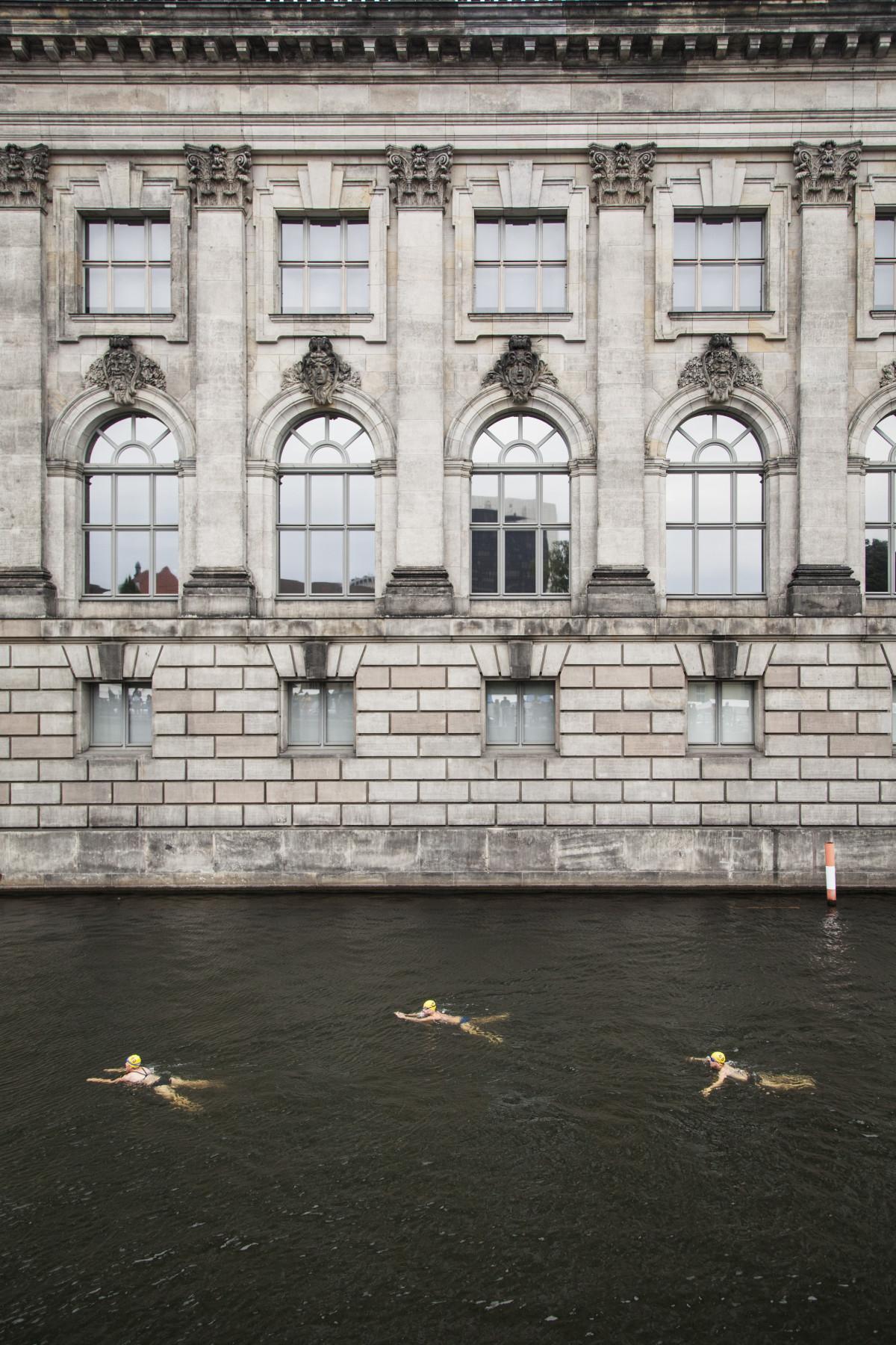 Schwimmer im Sommer 2015 (Foto: Annette Hauschild/OSTKREUZ)