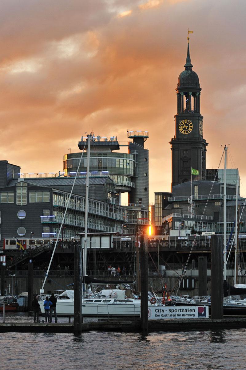 Abendstimmung am Hafen mit dem Michel im Hintergrund