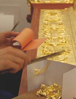 Auftragen der hauchdünnen Goldblätter