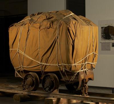 Der Künstler Christo verwandelte 1988 die letzte Lore aus der Grube Rammlesberg samt Ladung in das Kunstwerk