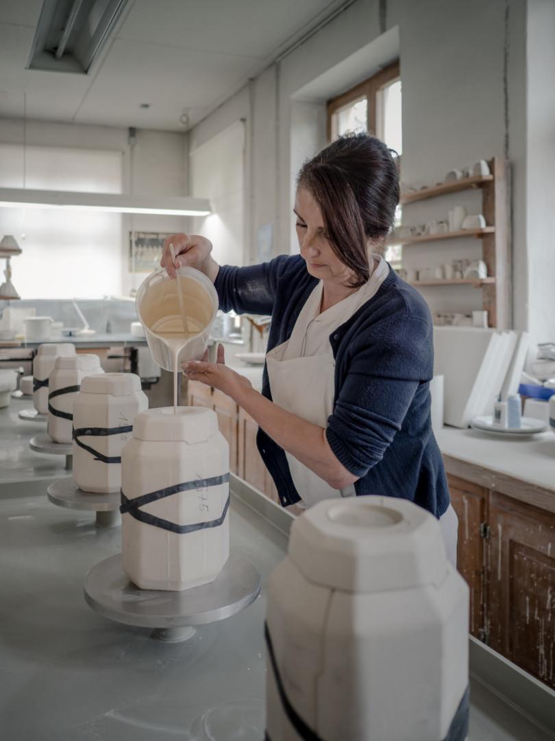 Eingießen der Porzellanmasse in die Gussformen