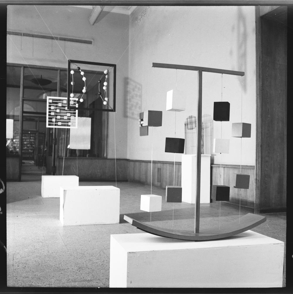 Blick in Wanda Gołkowskas Ausstellung, Pod Moną Lisą Gallery, 1968, Foto: Zbigniew Holuka, ⓒ Wrocław Contemporary Museum