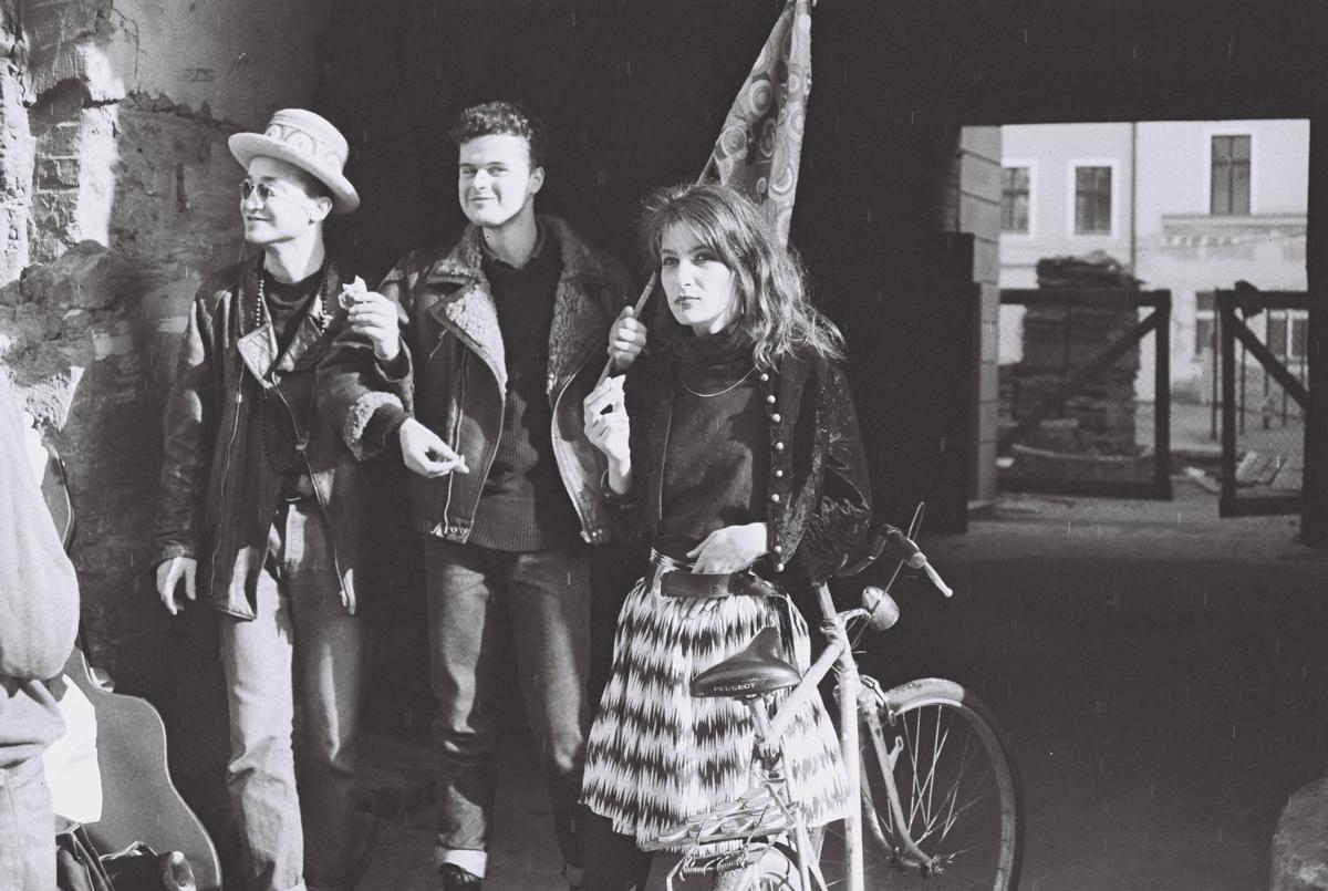 Jacek 'Ponton' Jankowski (Mitte) und Marzena Gołacka während einer Performance von Krzysztof 'Kaman' Kłosowicz und Maciej Maleńczuk, Kiełbaśnicza Straße, Wrocław, 1989, Foto: Mirosław Emil Koch