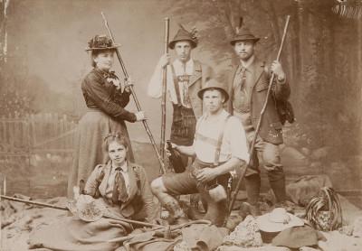Dynastie der Trachtenmode: Julie Wallach und ihre Kinder (Foto: Jüdisches Museum, München)