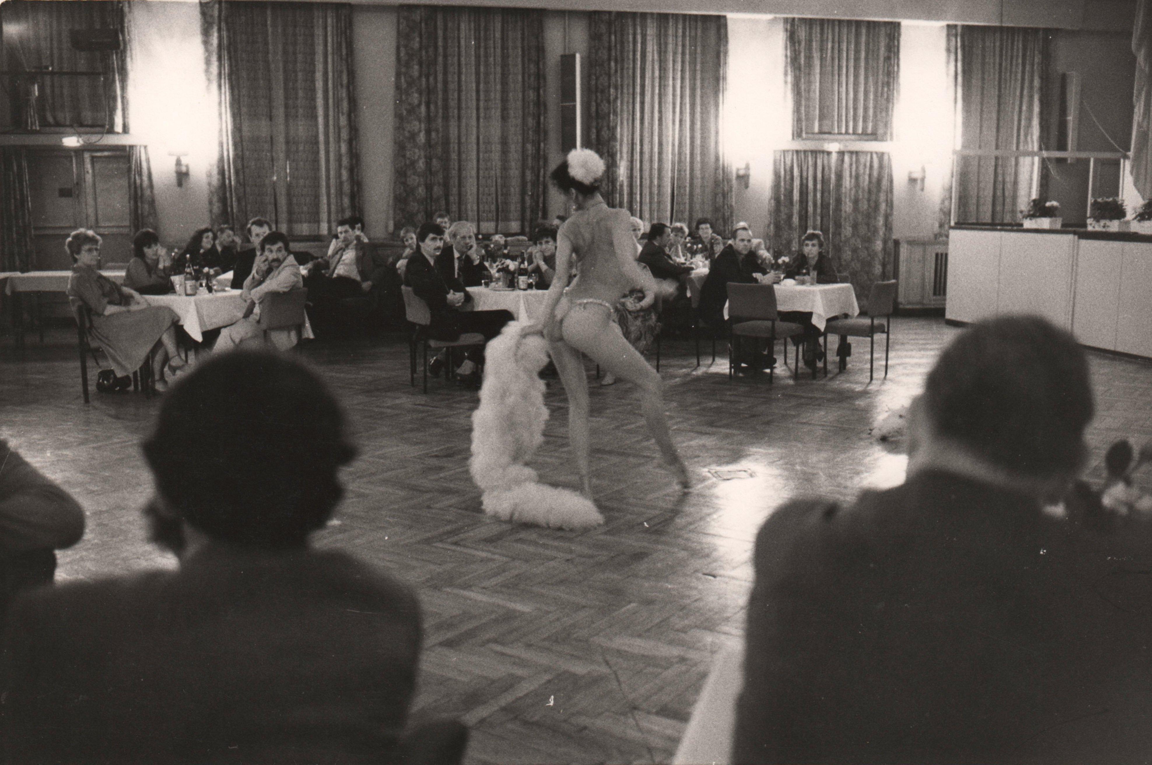 Burlesque-Tänzerin, Ostberlin, um 1985 (Foto: Sibylle Bergemann)
