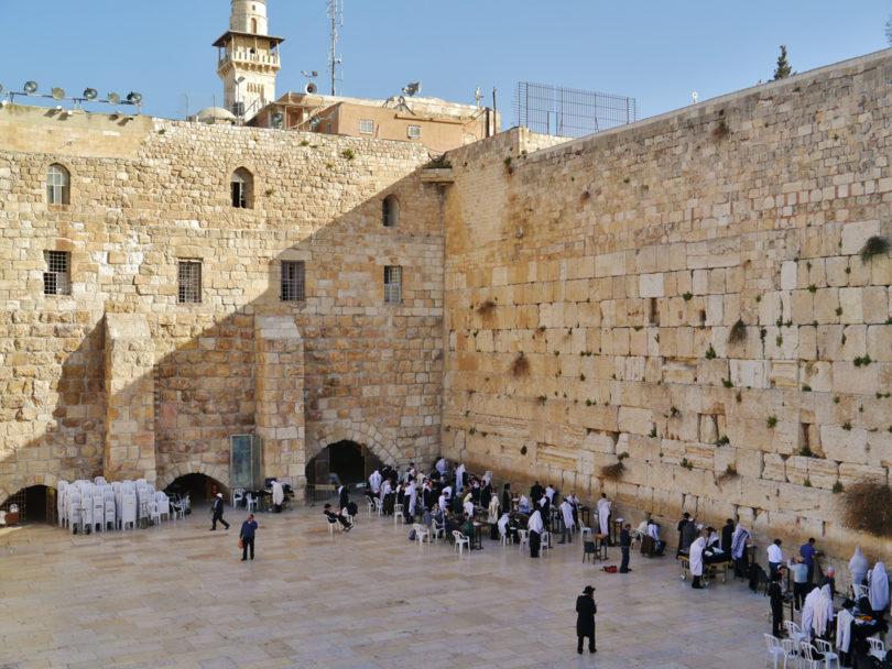 Gläubige Juden an der Klagemauer. Sie stammt aus der Zeit des zweiten Tempels, der von den Römern zerstört wurde (Foto: Creative Commons)