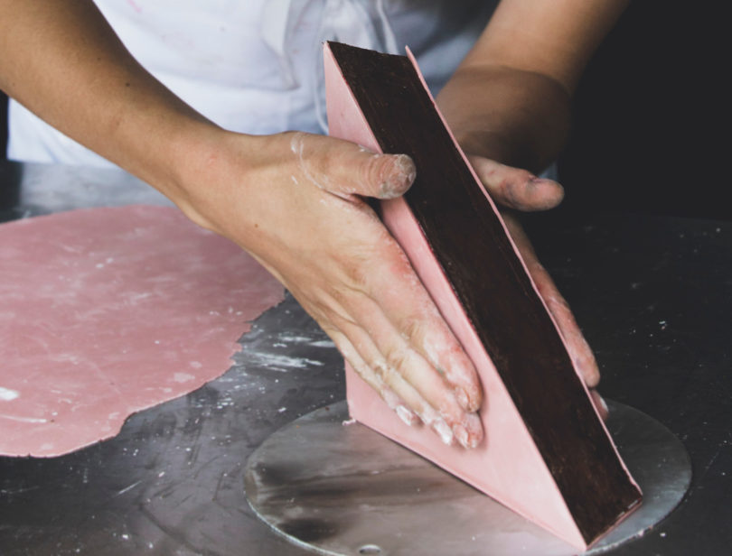 Den innneren Kern aus Gurke, Johannisbeere und edelbitterer Schokolade umhüllt eine dünne Schicht Modellierschokolade (Foto: Caroline Prange)