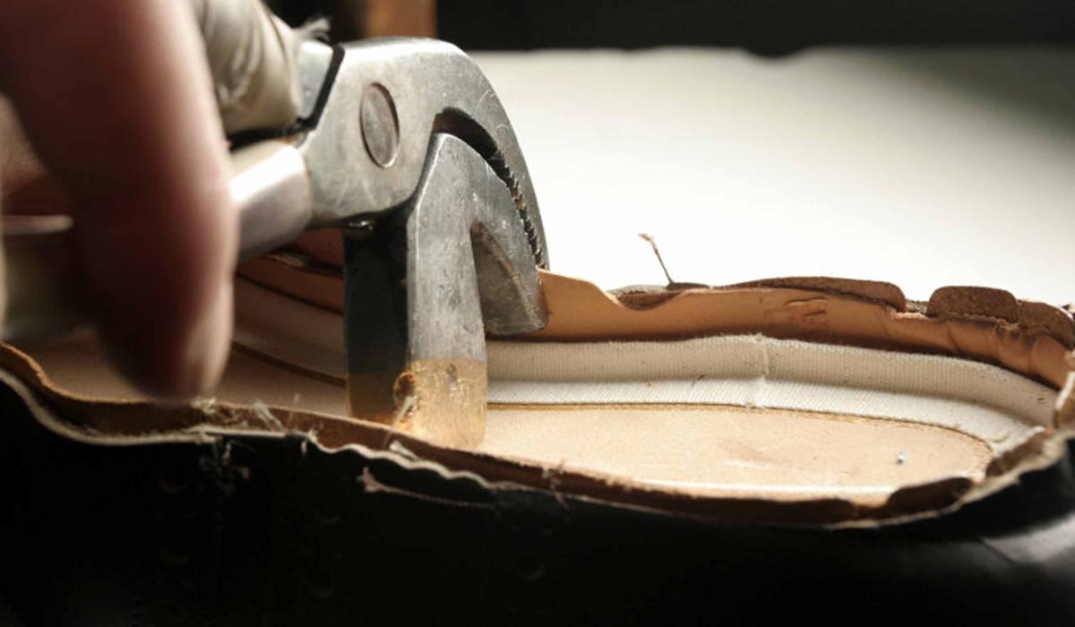 Die Schuhe werden in aufwändiger Handarbeit in Wien hergestellt. Zwicken heißt die Technik, um Laufsohle und Oberschuhteil zu verbinden. (Foto: Ludwig Reiter)