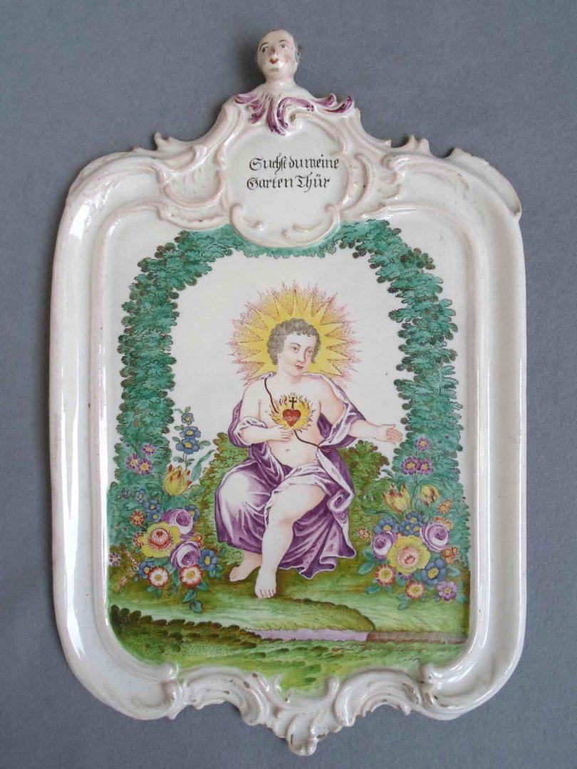 Bildplatte mit christlichem Sinnspruch, Fayence, Scherzheim, 1765-1770, Malerei Johann Andreas Bechdolff, Fayence mit Aufglasurmalerei (Foto: Schloss Ellwangen, Kunst- und Kulturstiftung Gert Nagel)