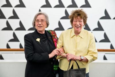 Die Sammlerin Barbara Lambrecht-Schadeberg (li.), hier mit Bridget Riley, trennt sich von Bildern, um das Museum für Gegenwartskunst in Siegen zu unterstützen. (Foto: MGK Siegen/ Christian Wickler)