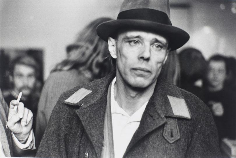 Joseph Beuys nach der Räumung der Staatlichen Kunstakademie Düsseldorf 1972 (Copyright: zeroonefilm/Stiftung Museum Schloss Moyland_ErichPuls/Klaus Lamberty)