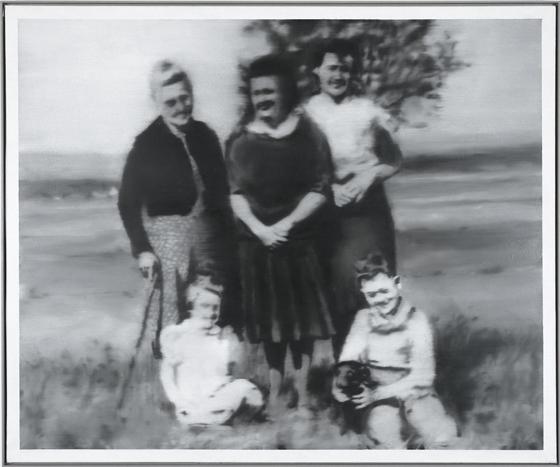 Das Gemälde »Familie« entstand 1964. Die »Vermalung« des Albumfotos zeigt Gerhard Richter als Kind mit Mutter (Mitte), Schwester (li.) und Großmutter (mit Stock). (Foto: Gerhard Richter, 2015)