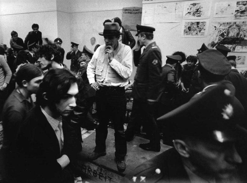 Joseph Beuys während der Räumung des Sekretariats der Staatlichen Kunstakademie in Düsseldorf, 1972 (Foto: zeroonefilm/ Bernd Jansen)