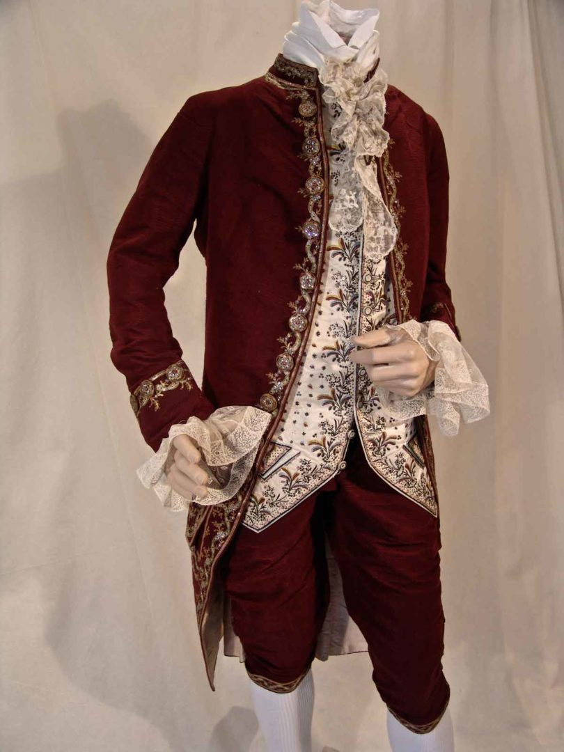 Herrenanzug aus besticktem Seidensamt, England, um 1775 (Foto: Galerie Ruf AG)
