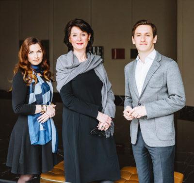 Von links nach rechts: Cacilda Alves, die Geschäftsführerin der Galerie Karin Schulze-Frieling und der Kunsthistoriker Lukas Minssen,