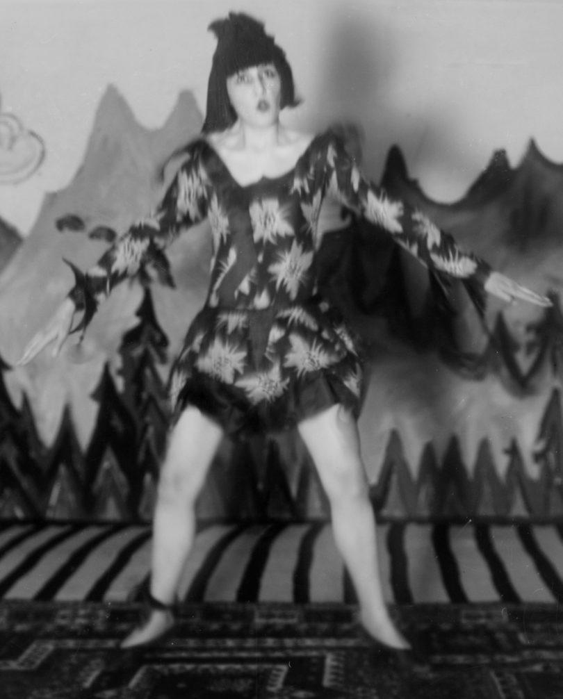 Nina Hard auf der Bühne der Zürcher Heilstätte Clavadel, September 1921