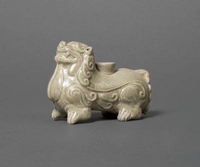 Kerzenhalter im Form eines Fabelwesens (Bixie), Proto-Seladon, China, Westliche Jin- Dynastie (221-316), Schenkung Dr. Heribert Meurer, 2017. (Foto: Paul Altmann)