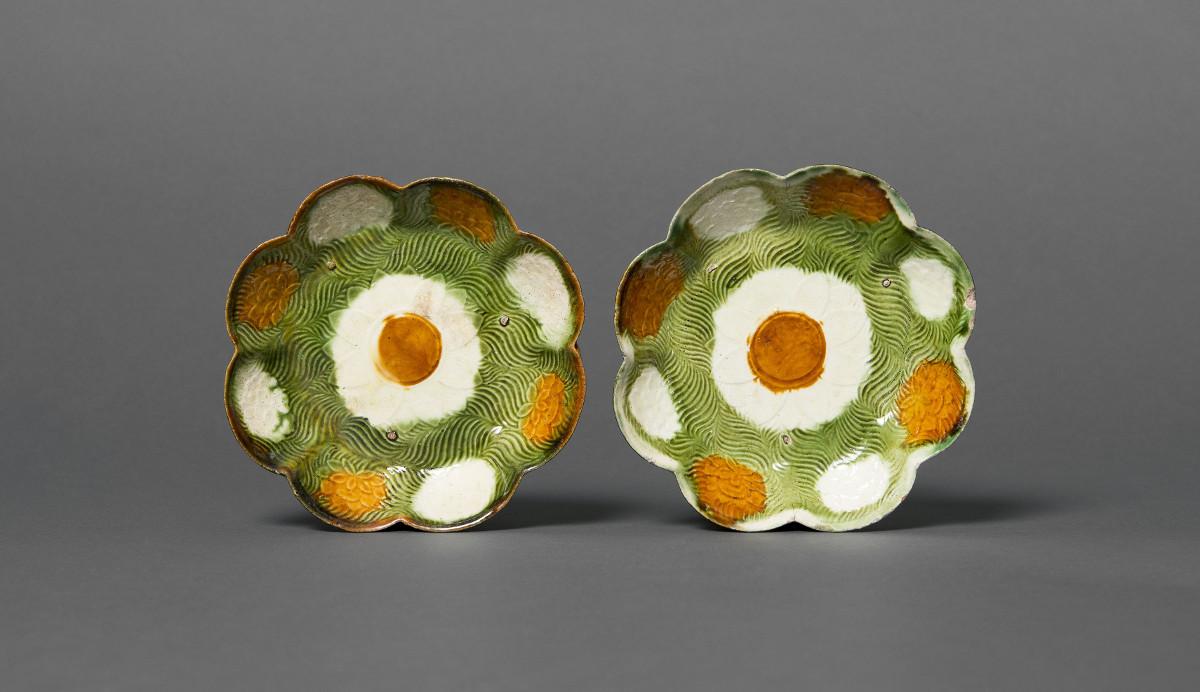 Zwei blütenförmige Schälchen, Irdenware mit Sancai-Glasur, China, Liao Dynastie (907- 1125). Schenkung Dr. Heribert Meurer, 2017. (Foto: Paul Altmann)