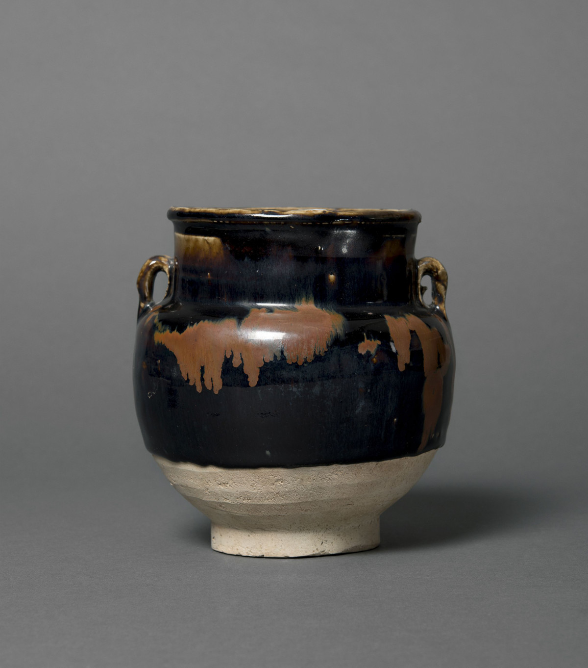 Topf mit Ösenhenkeln, Jizhou-Ware, Steinzeug, China, Song-Dynastie (960–1279) Schenkung Dr. Heribert Meurer, 2017. (Foto: Paul Altmann)