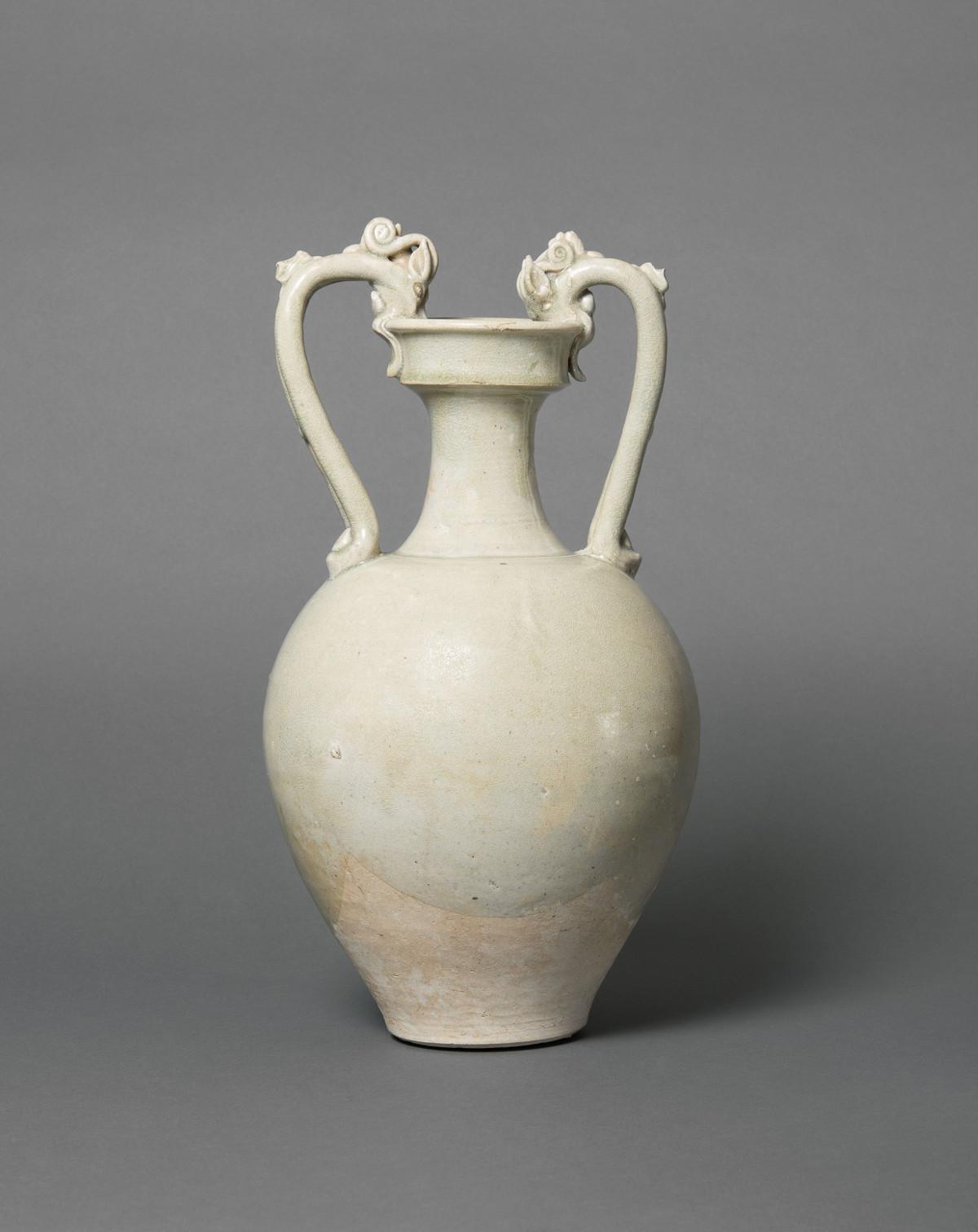 Große Vase mit drachenförmigen Henkeln, Xing-Ware, Steinzeug, China, Tang-Dynastie (618–907). Schenkung Dr. Heribert Meurer, 2017. (Foto: Paul Altmann)