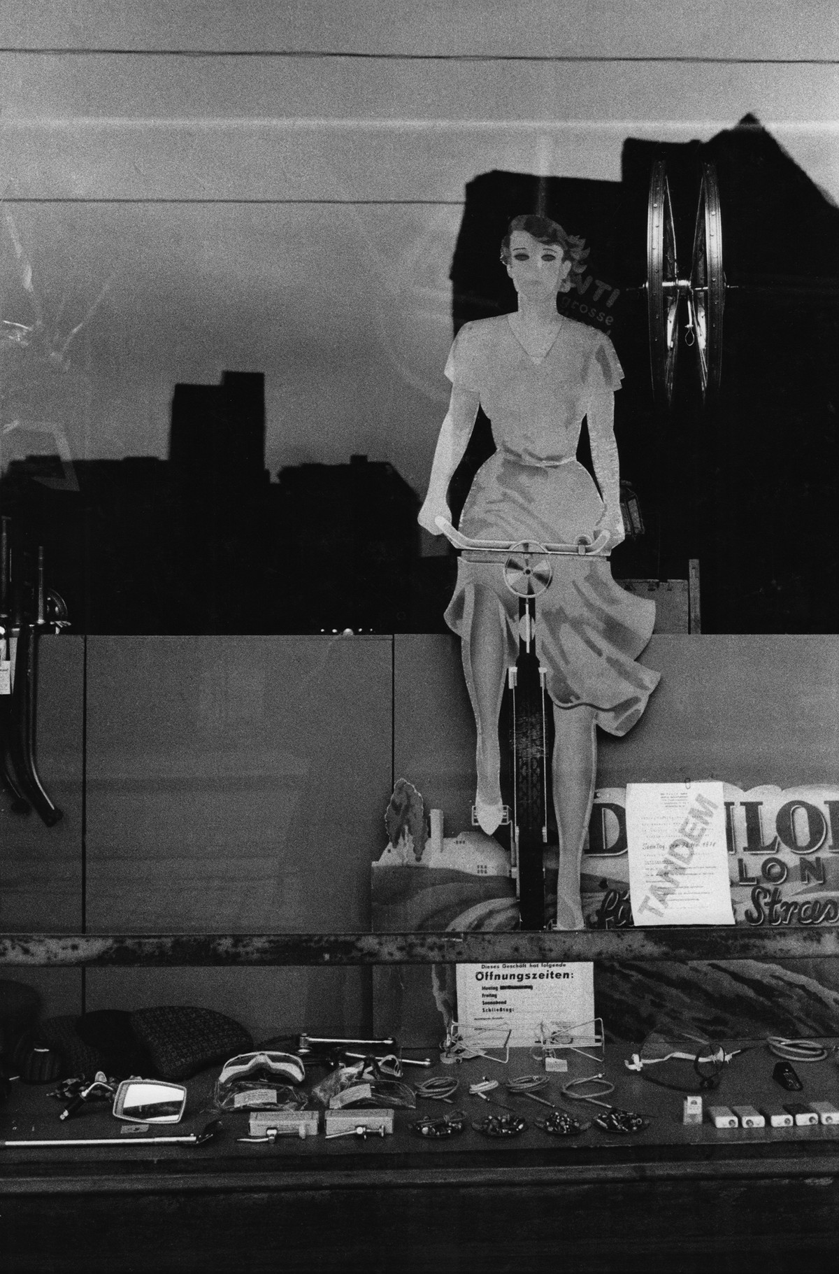 Sibylle Bergemann, Rosenthaler Straße, Berlin, 1976, courtesy Loock Galerie ©Nachlass Sibylle Bergemann; Ostkreuz