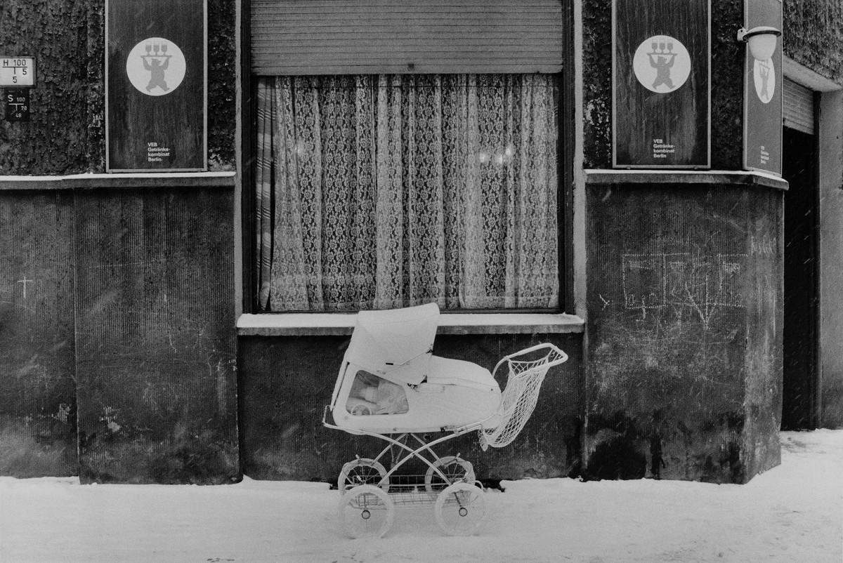 Sibylle Bergemann, Zionskirchstraße, Berlin, 1978, courtesy Loock Galerie ©Nachlass Sibylle Bergemann; Ostkreuz