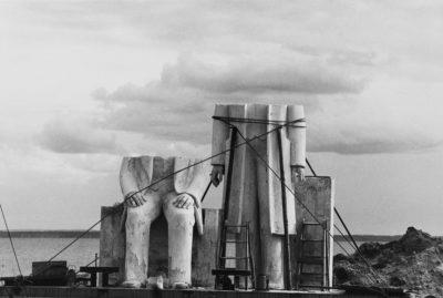 Sibylle Bergemann, Das Denkmal, Gummlin, Usedom, Mai 1984, courtesy Loock Galerie ©Nachlass Sibylle Bergemann; Ostkreuz