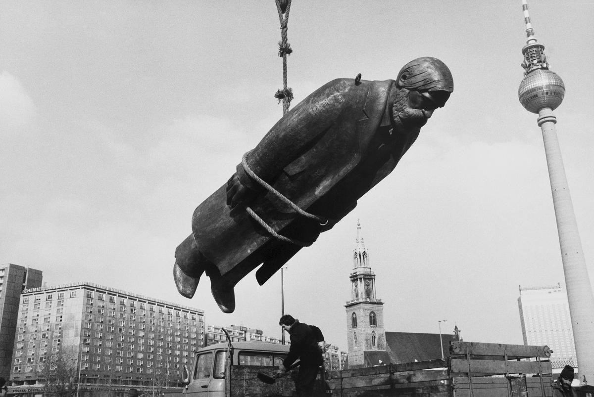 Sibylle Bergemann, Das Denkmal, Berlin, Februar 1986, courtesy Loock Galerie ©Nachlass Sibylle Bergemann; Ostkreuz