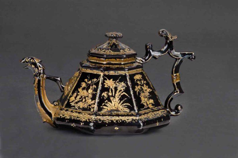 Äußerst rar auf dem Markt: Meissener Teekanne aus Böttgersteinzeug, schwarz glasiert und gold bemalt, 1710/13, Taxe 24.000 Euro (Foto: Metz, Heidelberg)