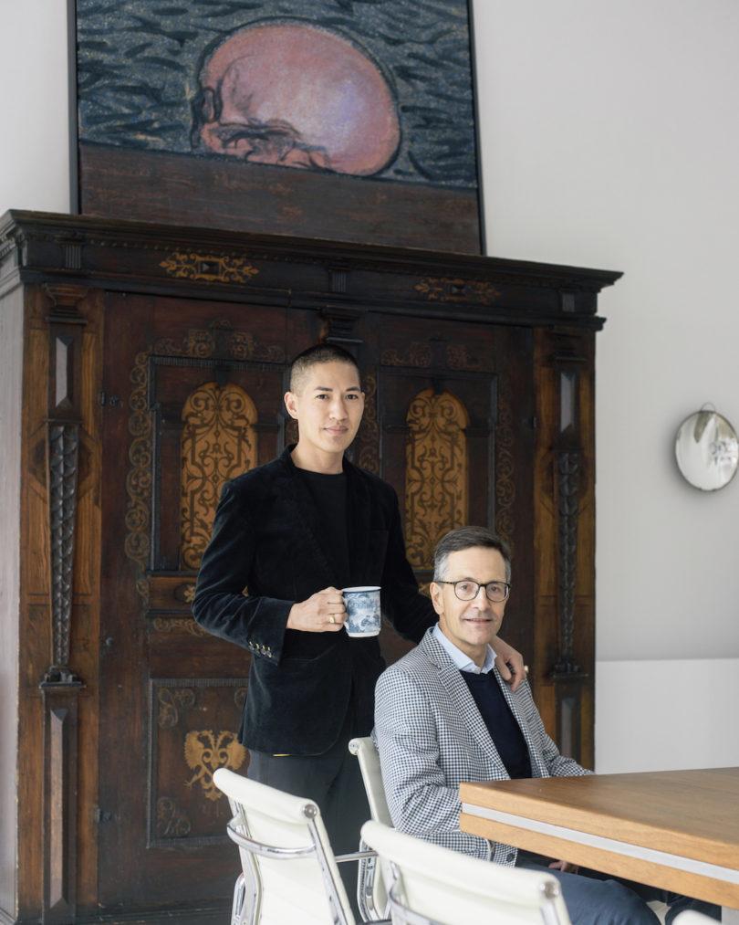 Nathan und Ulrich Köstlin im Esszimmer ihres Hauses in Mitte. Das Paar lebt dort seit 2008 und hat die drei Stockwerke in eine Bühne für die Berliner Gegenwartskunst verwandelt (Foto: Wolfgang Stahr)