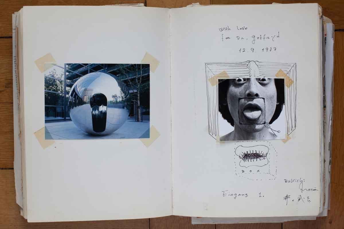 Bukichi Inoue war ein japanischer Architekt und Bildhauer und kam 1977, im selben Jahr wie der Schweizer Franz Gertsch und der Schotte Eduardo Paolozzi, ebenfalls Patienten, mit dem DAAD nach Berlin. Da Bukichi viele Objekte als Box gestaltete, brachte er auch seine eigenen Zähne in dieser Form ins Album (Foto: Nora Ströbel)