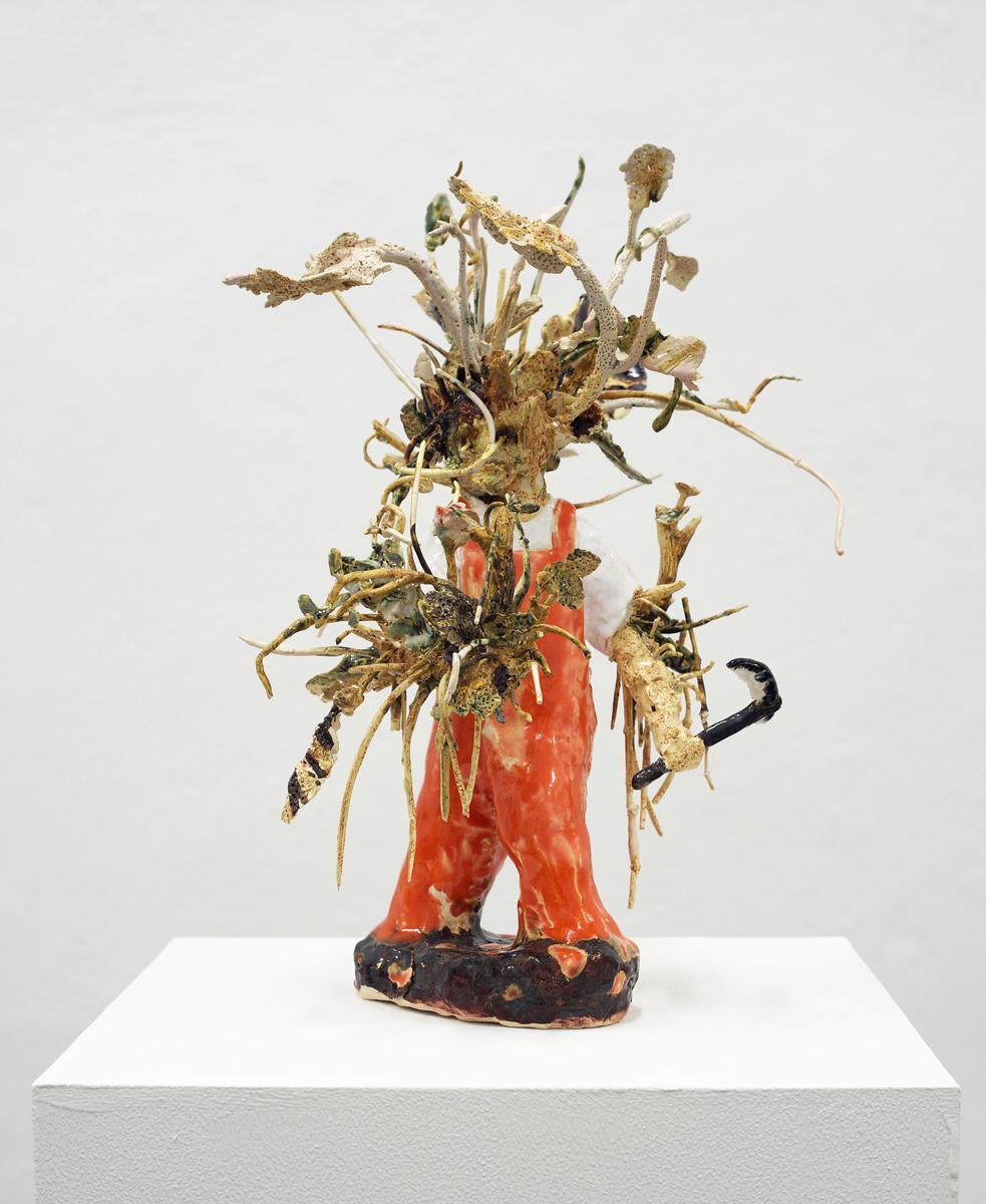 Asana Fujikawas Keramik »Waldmensch versucht, während seiner Metamorphose seinen Arm abzuschneiden