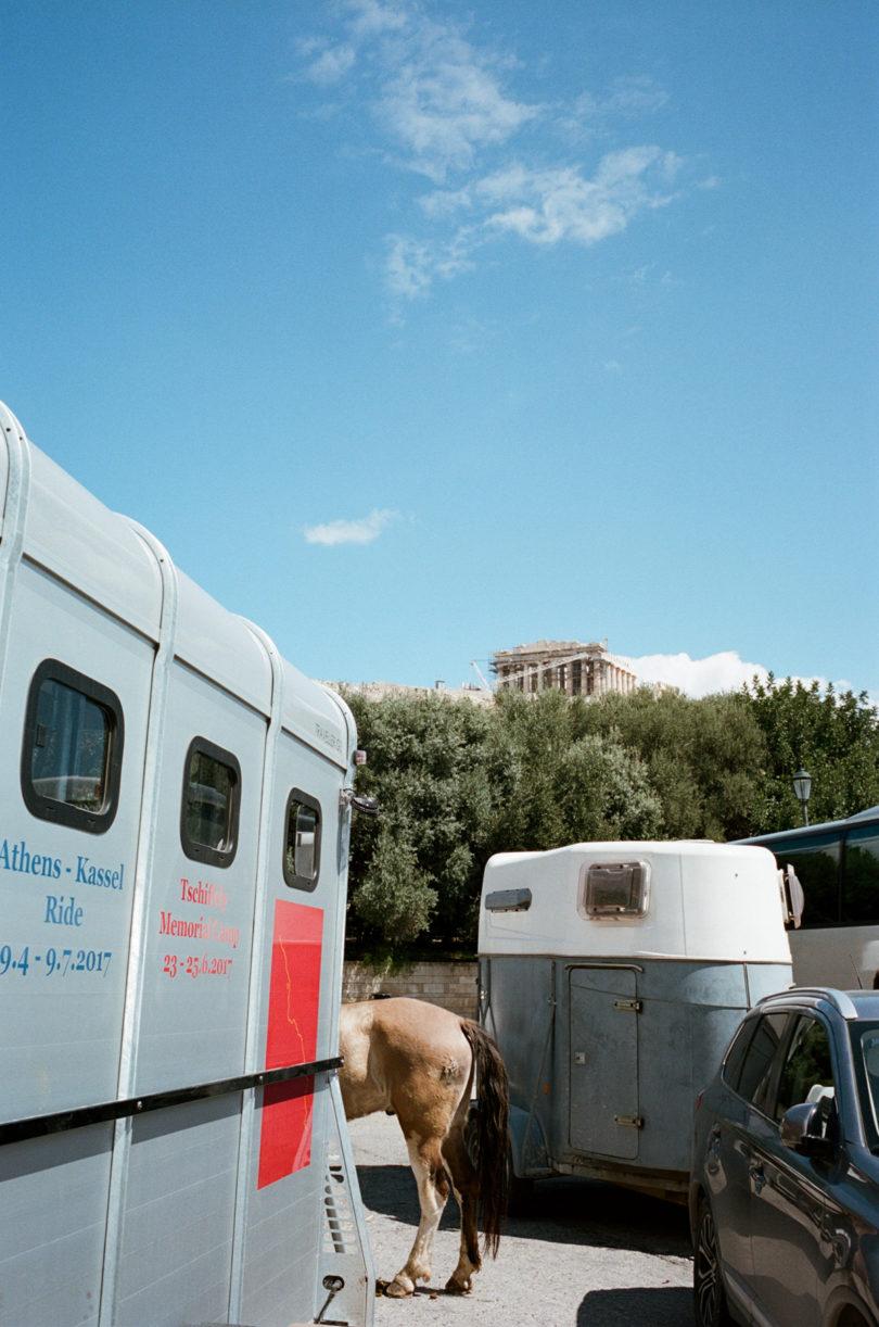 Tag des Aufbruchs der Documenta-Reiter in Athen, in der Ferne die Akropolis (Foto: Lukas Gansterer)
