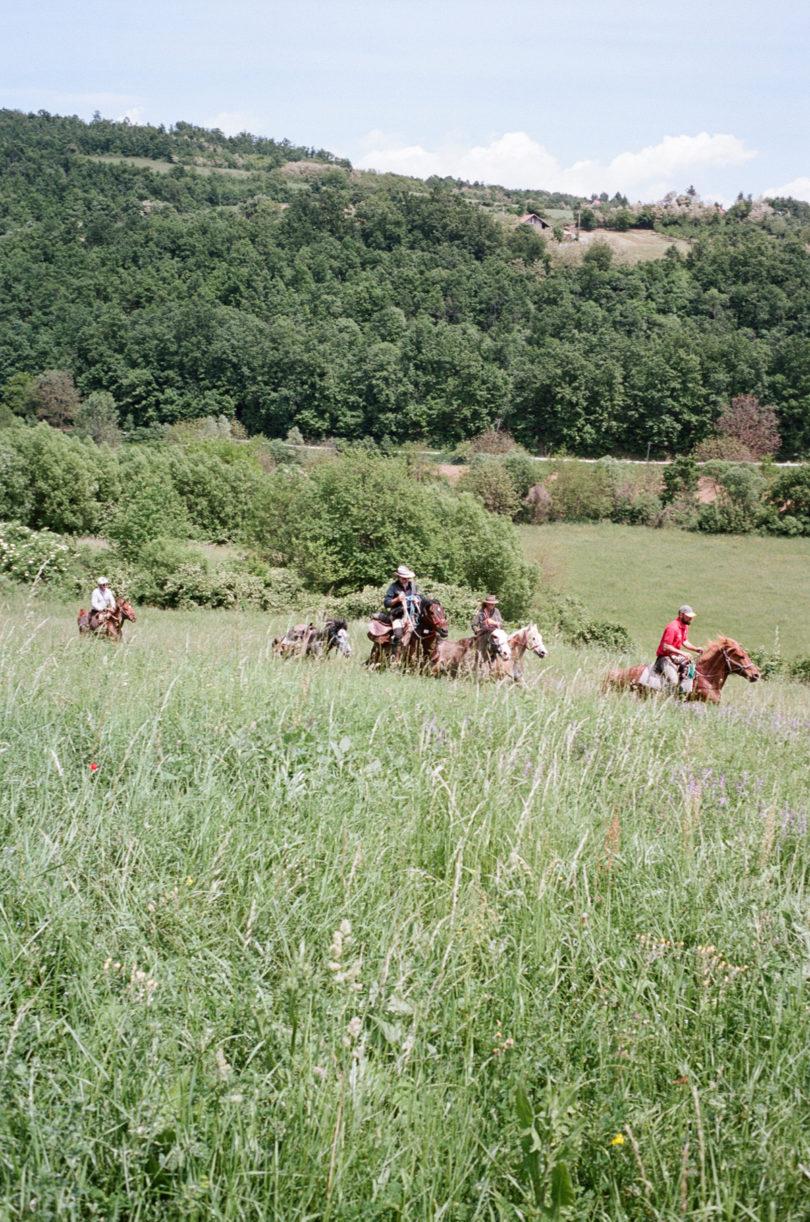 Galopp in Serbien: Die Reiter unterwegs. (Foto: Lukas Gansterer)