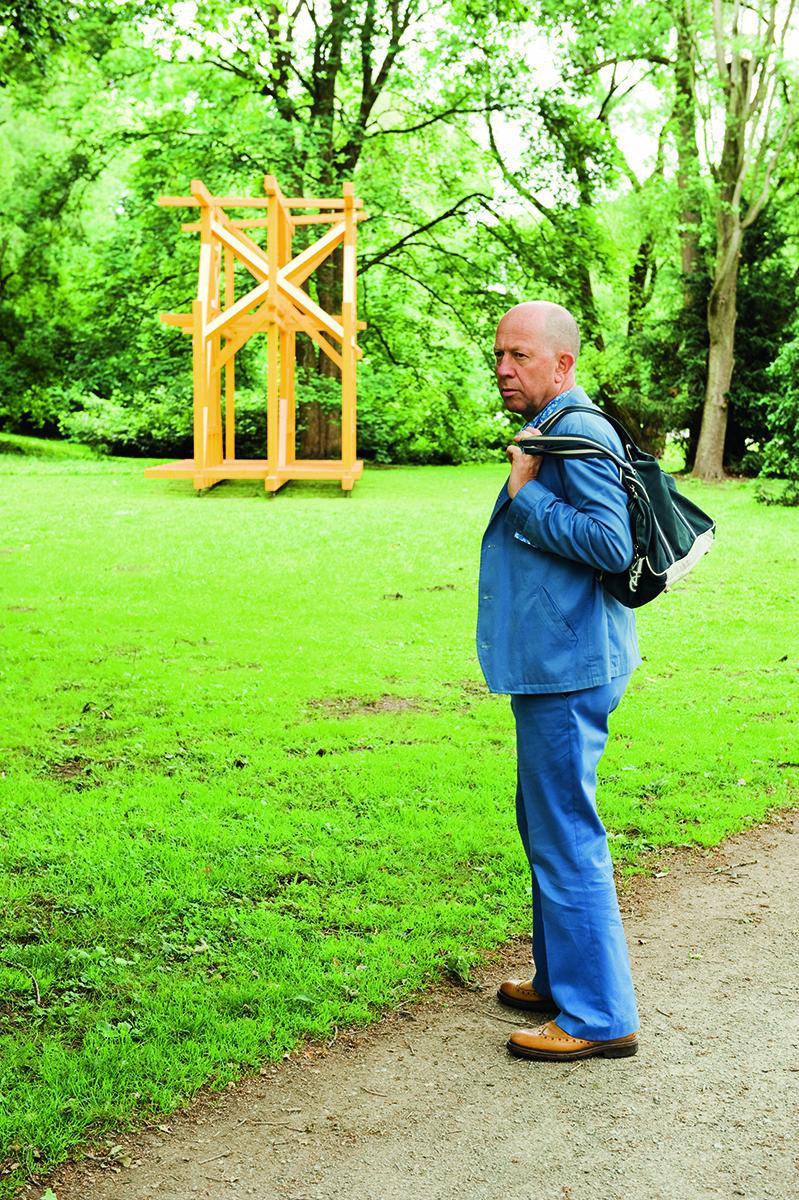 Gerd Harry Lybke vor Olaf Holzapfels Projekt »Zaun«. Foto: Melanie Vogel
