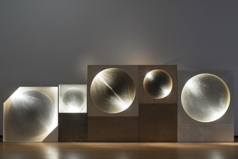 Günther Ueckers »Kosmische Visionen (5 Lichtscheiben)« von 1961/81 und Werke seiner Zero-Kollegen bilden bei der Biennale den Ausgangspunkt, auf den sich junge Künstler beziehen