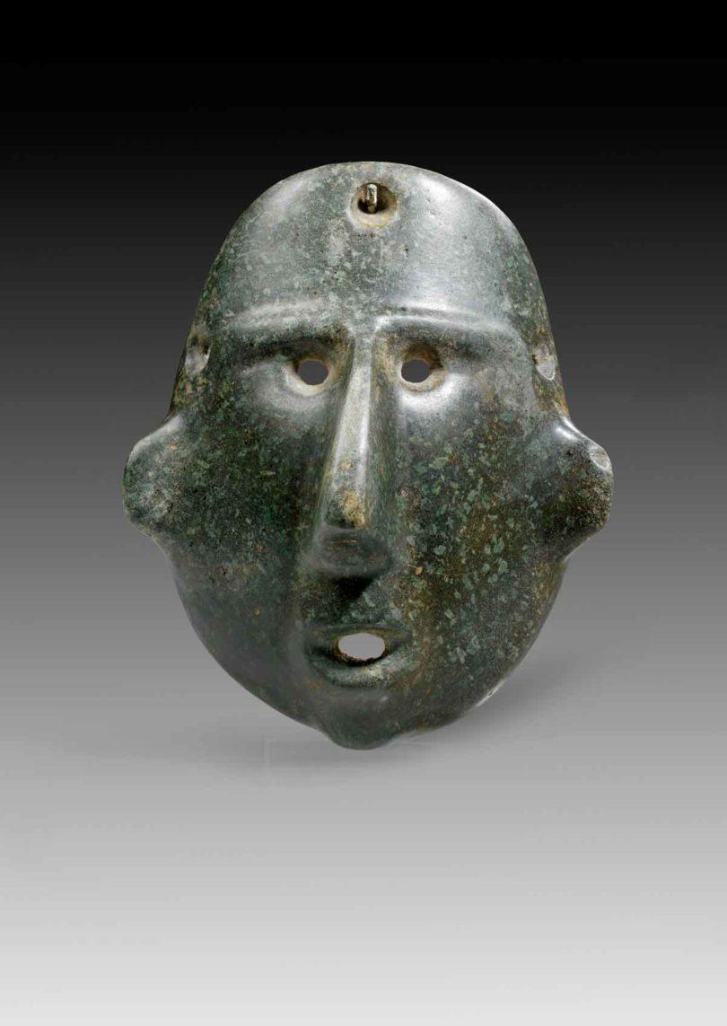 Gesichtsmaske, dunkelgrüner Stein mit hellgrünen Einschlüssen, Colima, Westmexiko, ca. 200 v.Chr. – 400 n.Chr., H.17,4cm, Taxe 40.00 Euro (Abb.: Gerhard Hirsch Nachf., München)