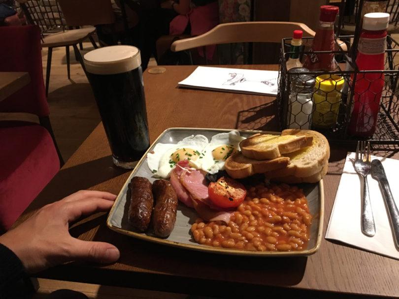 In London Gatwick. Full English Breakfast. Noch weiß ich, wo ich bin. Noch habe ich ein Gefühl für die Zeit, einen Rhythmus.